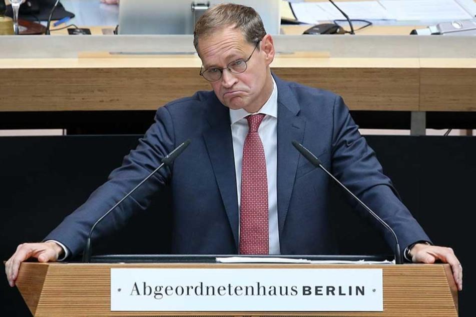Berlins Regierender Bürgermeister Michael Müller (SPD) wartete in Tegel auf sein Gepäck.