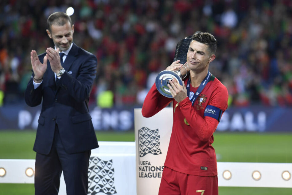 Cristiano Ronaldo 2016 mit dem EM-Pokal
