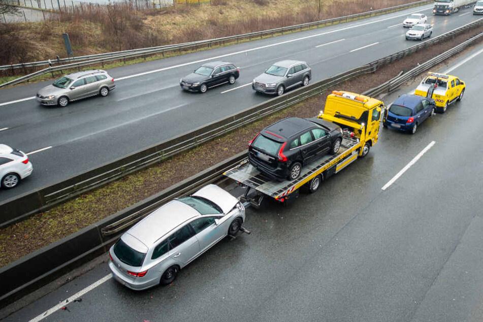 Die Autos wurden von der Autobahn 2 abgeschleppt.
