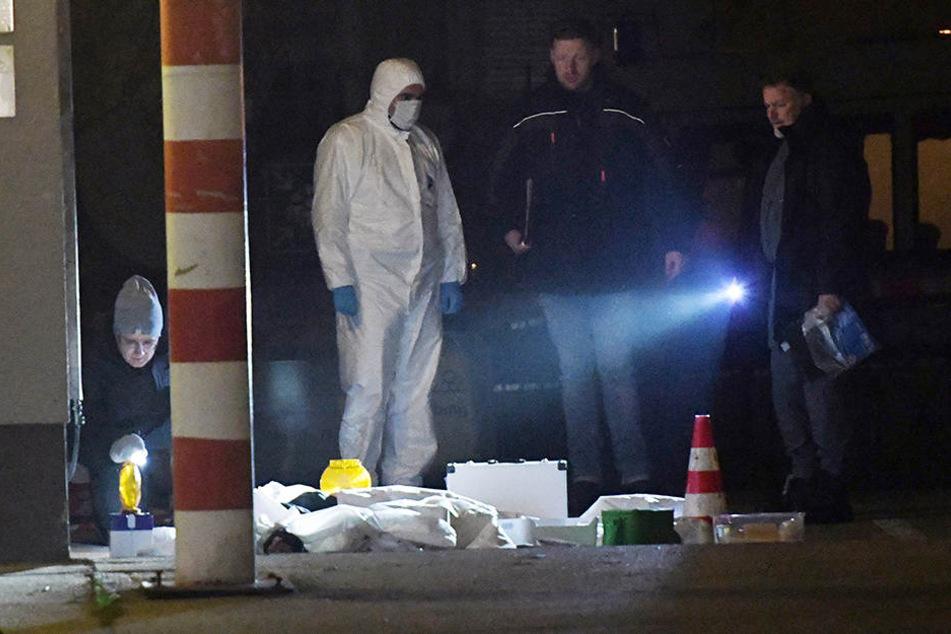Polizisten untersuchen in Berlin den Fundort einer toten Person.