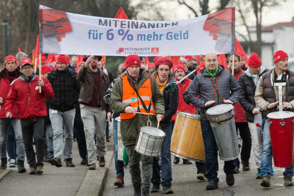 Streikende in Teningen tun ihren Unmut lautstark kund.