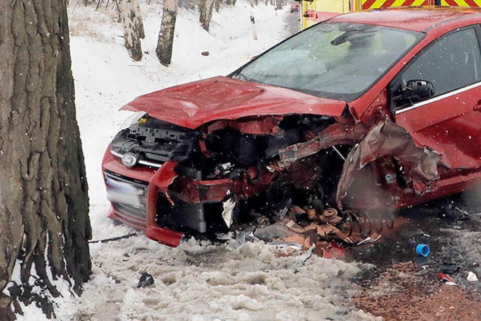Opel und Ford krachen frontal ineinander: Zwei Schwerverletzte