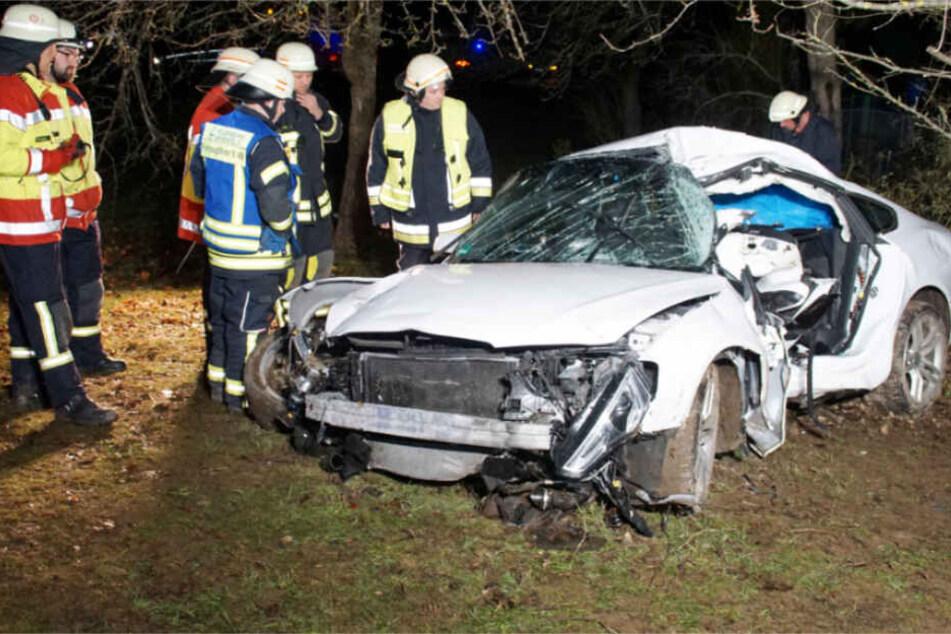 Alkohol am Steuer? Audi-Fahrer rast gegen Baum und wird lebensgefährlich verletzt