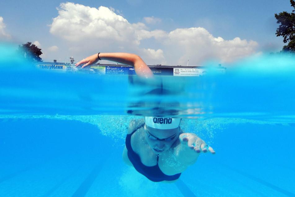 Giulia Goerigk, Leistungsschwimmerin der Schwimmgemeinschaft Region Karlsruhe, trainierte schon Ende Mai im Freibad Sonnenbad.