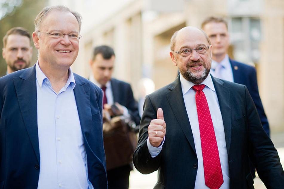 Niedersachsens Ministerpräsident Stephan Weil (l, SPD) und der SPD-Vorsitzende Martin Schulz bei einer Wahlkampfveranstaltung der SPD in Hildesheim am 14.10.2017.