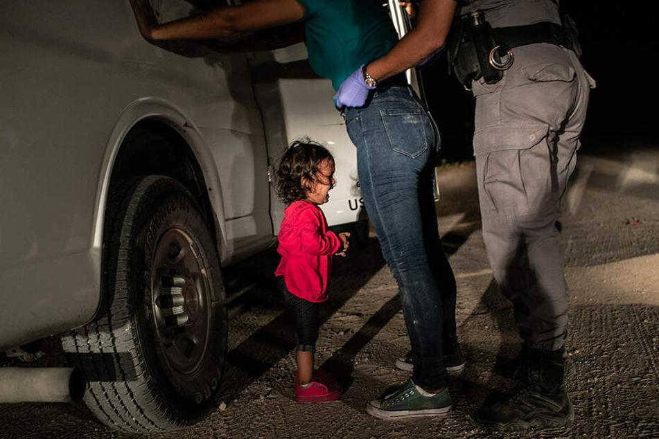 Es war ein Foto, das um die Welt ging: Während das Mädchen weinte, wurde die Mutter durchsucht.