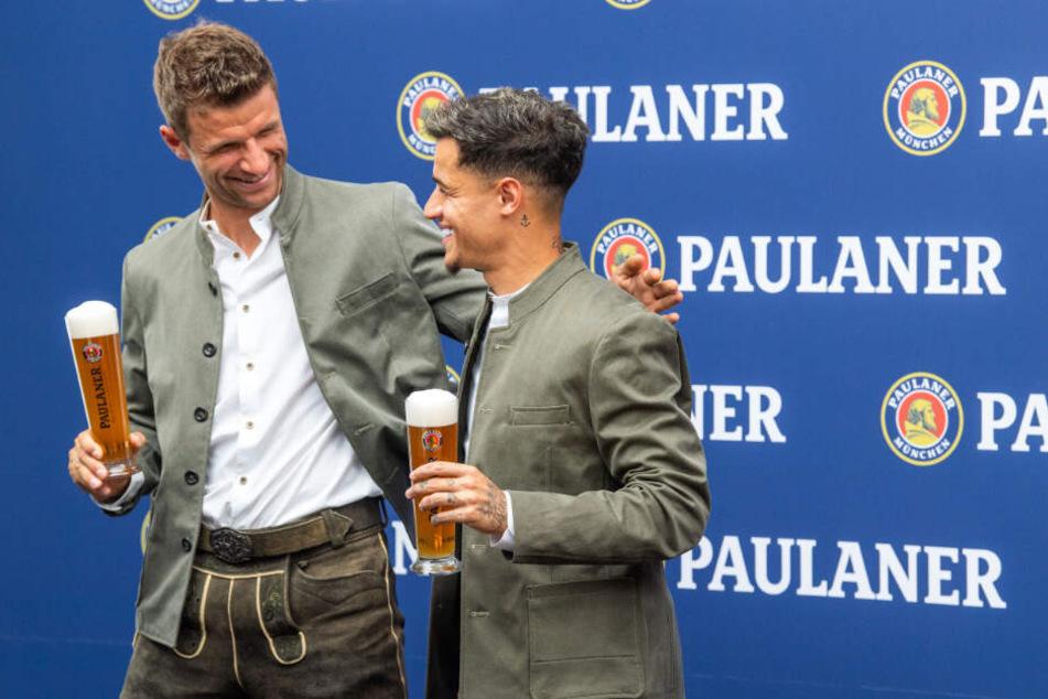 Thomas Müller (l) und Philippe Coutinho vom FC Bayern München.