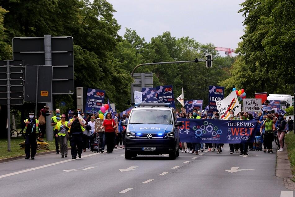 Der Demonstrationszug auf der St. Petersburger Straße.