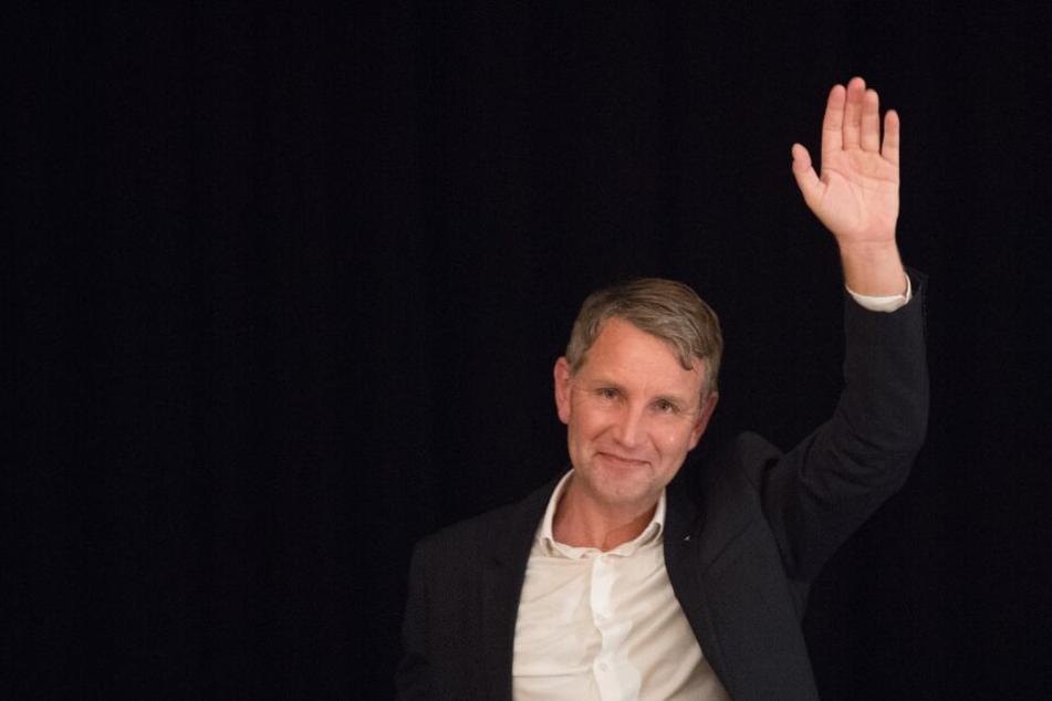 Björn Höcke (47, AfD), hebt den linken Arm.