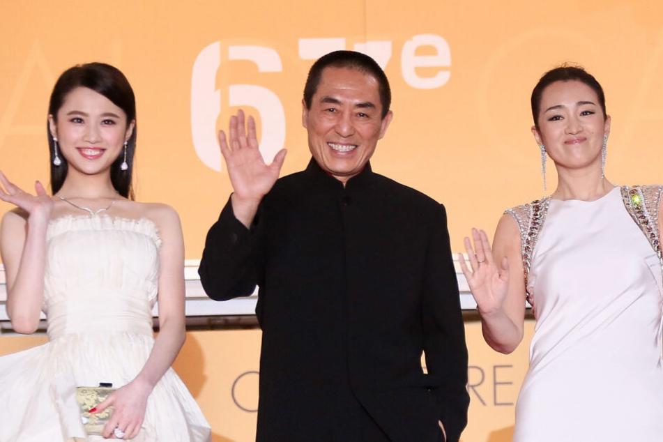Regisseur Zhang Yimou mit zwei Schauspielerinnen
