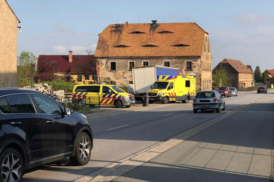 Rettungskräfte stehen an der Bautzener Straße.