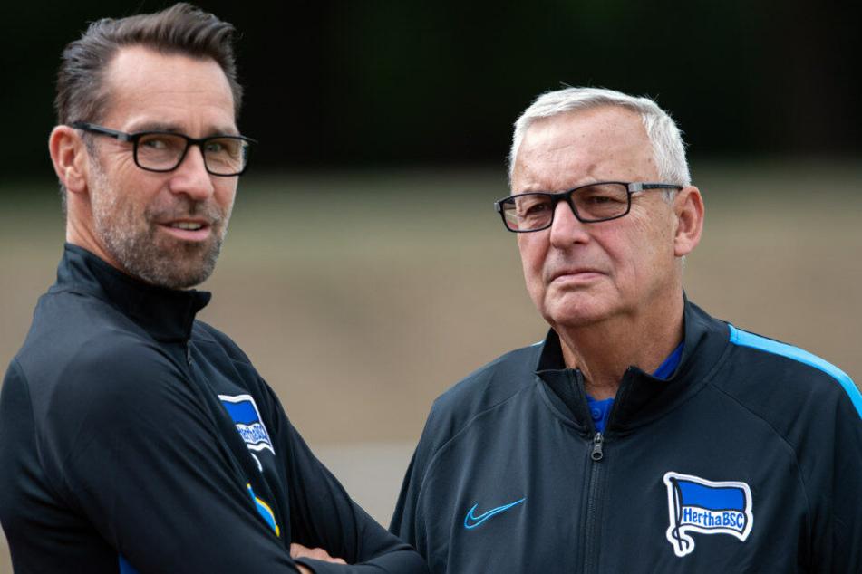 Michael Preetz unterhält sich mit Hertha-Präsident Werner Gegenbauer.