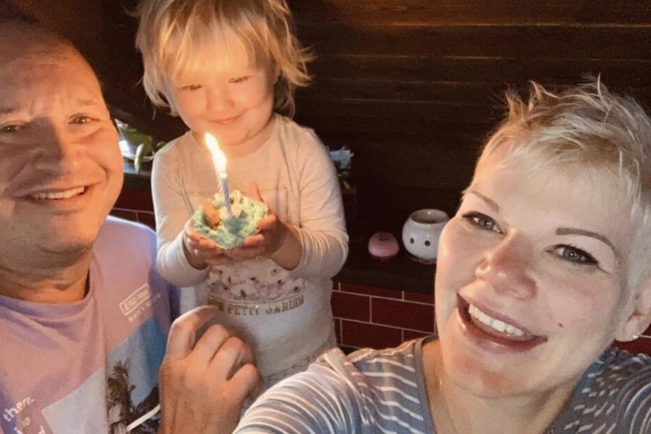 Voller Begeisterung hält die kleine Mia Rose an ihrem 2. Geburtstag ein Krümelmonster-Muffin mit brennenden Kerzen in der Hand.