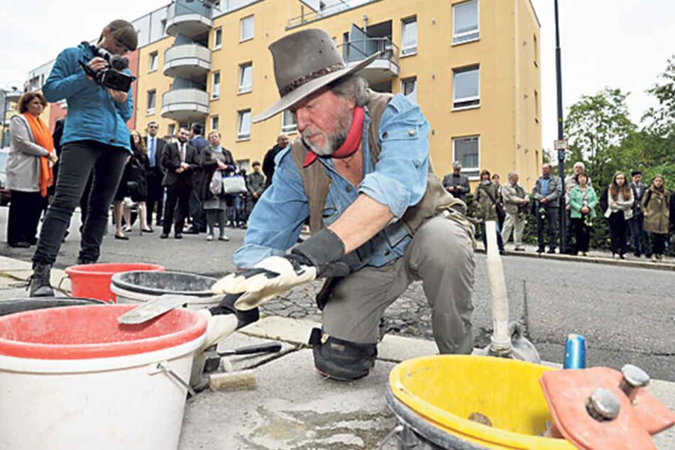 Den ersten Stolperstein verlegte der Kölner Künstler Gunter Demnig (68) in  der Hohen Straße.