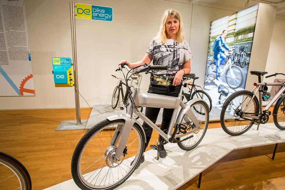 Kuratorin Sabine Epple steht am E-Bike OKO von Biomega (Dänemark). Akku und 250-Watt-Motor sind komplett im Oberrohr des Carbonrahmens versteckt.