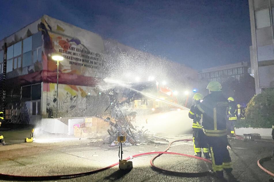 Die Einsatzkräfte der Frankfurter Feuerwehr waren rund zweieinhalb Stunden im Einsatz.