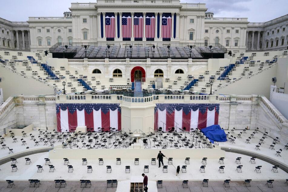 Ein Polizist durchsucht einen Zuschauerbereich während der Vorbereitungen für die Inaugurationszeremonie des gewählten Präsidenten Biden.