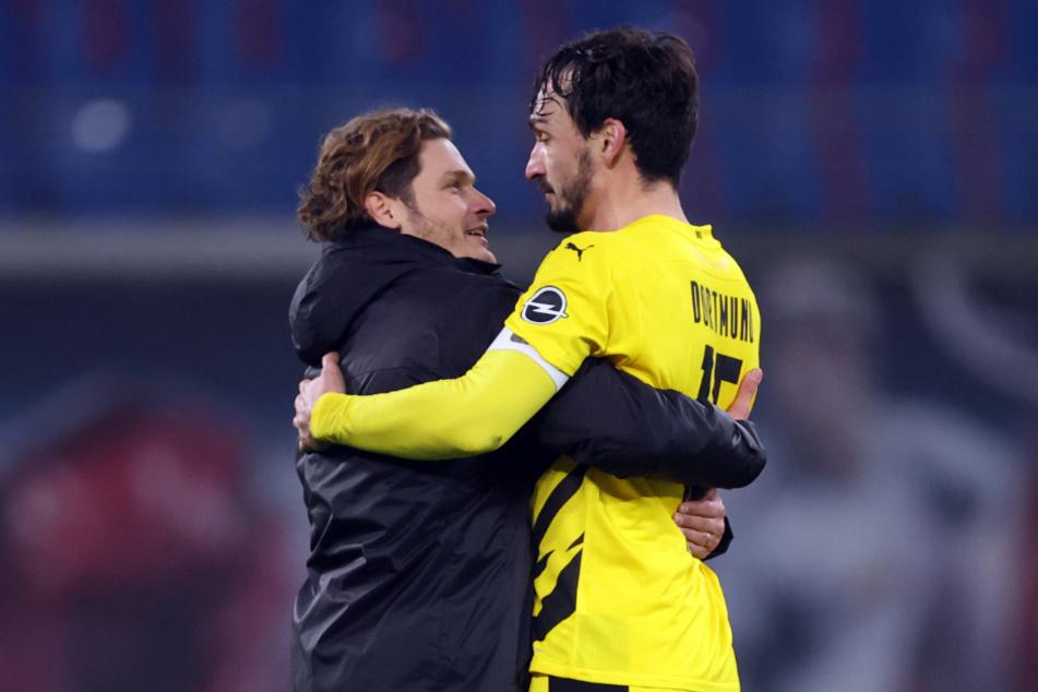 Dortmunds Trainer Edin Terzic feiert mit Mats Hummels den Sieg über Leipzig.