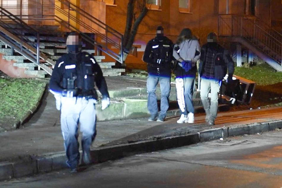 Hier führt die Polizei einen 24-Jährigen wegen versuchten Mordes ab
