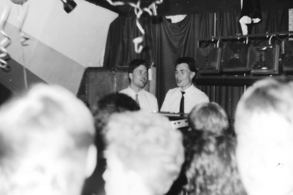 """""""Banana-Shop"""" 1986: Ernst Reinhard Tochtenhagen (l.) und """"DJ MPunkt"""" Michael Richter heizen dem """"Waschhaus"""" ein."""