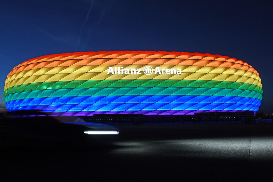 Die Hülle der Allianz Arena leuchtet anlässlich des Christopher Street Days in Regenbogenfarben. Hier wird das Champions-League-Finale 2025 stattfinden.