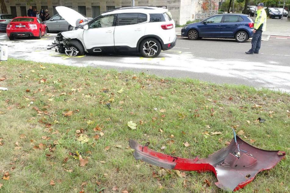 Bei dem heftigen Crash sind Fahrzeugteile meterweit durch die Luft geflogen.