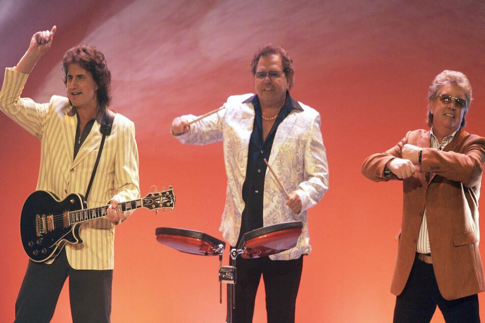 """Das deutsche Schlagertrio """"Die Flippers"""" mit Olaf Malolepski (75), Manfred Durban (†74) und Bernd Hengst (73, v.l.n.r.) tritt am 25.09.2004 bei der Verleihung des Preises """"Die Goldene Stimmgabel 2004"""" in Ludwigshafen auf. (Archivbild)"""