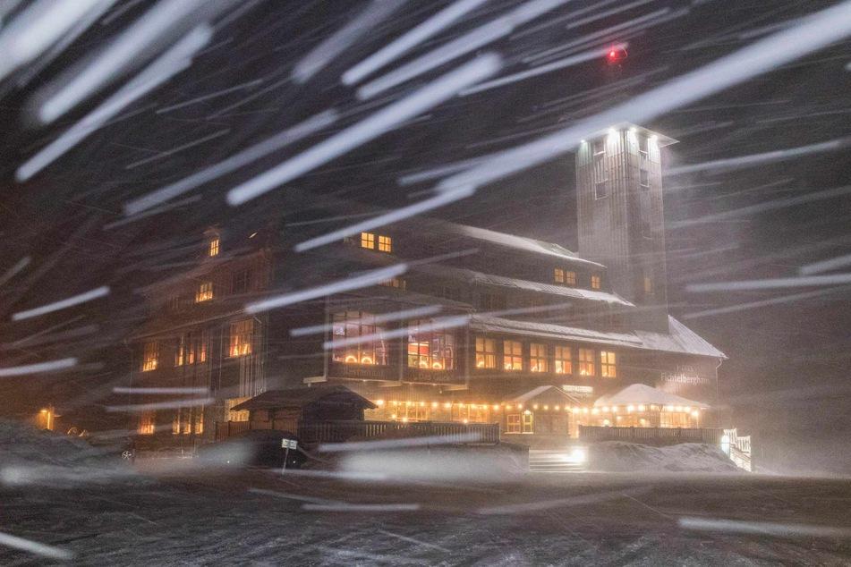 Die Meteorologen erwarten am Samstag orkanartige Böen und Schnee, vor allem auf dem Fichtelberg.