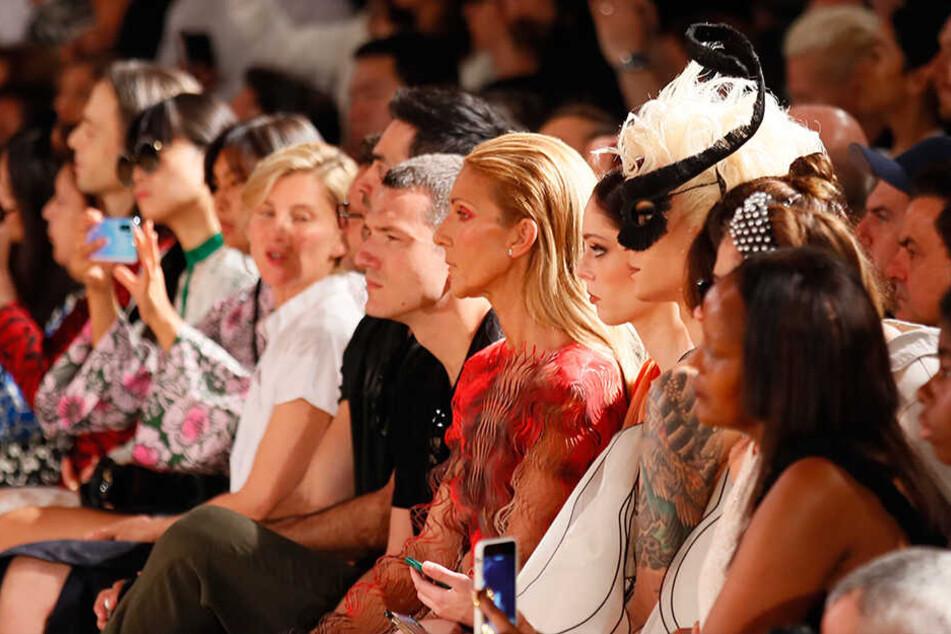 Celine Dion (5.v.r) sah sich am Montag die Modekollektion von Iris van Herpen für die Herbst- und Winterkollektion 2019/20 während der Fashion Week in Paris an.