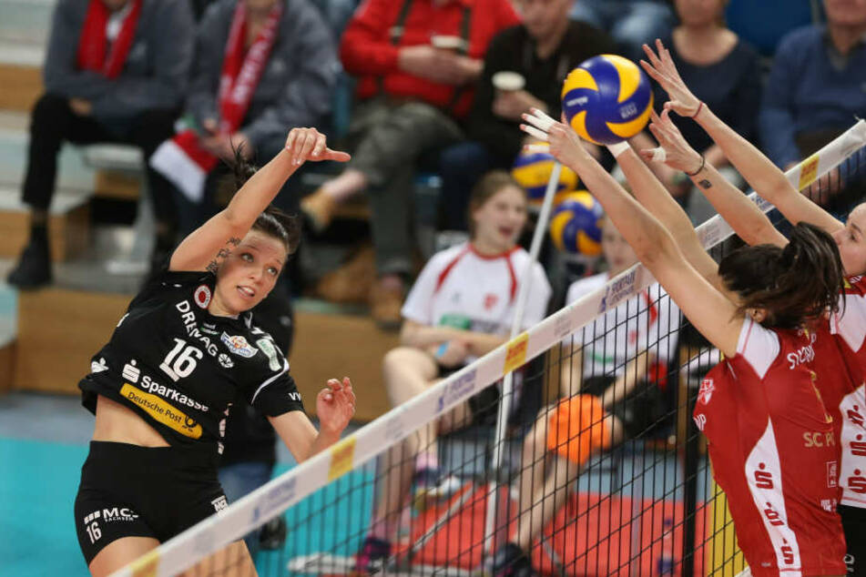 Katharina Schwabe (li.) machte im vierten Satz ganz entscheidende Punkte im Angriff.