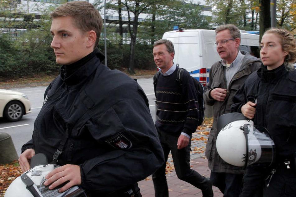 AfD-Mitbegründer Bernd Lucke (Zweiter von links) wurde unter Polizeischutz zu seiner Vorlesung gebracht.