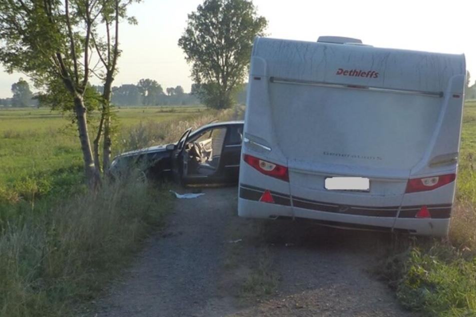 Den Wohnwagen ließen die Diebe auf einem Feldweg zurück.