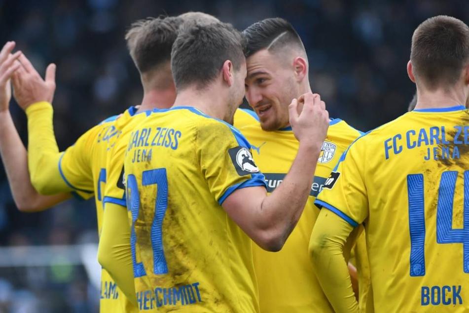 Die Spieler feiern den erneuten Führungstreffer durch Günther-Schmidt.