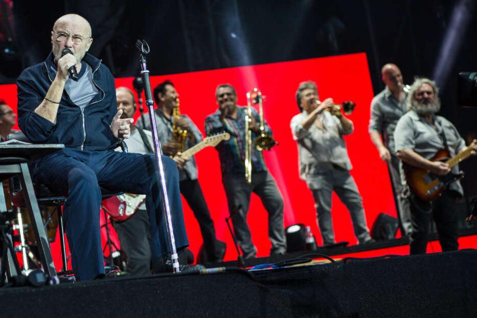 Phil Collins auf der Bühne in der Mercedes-Benz Arena in Stuttgart.