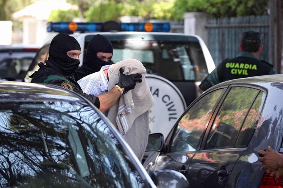 Nahe Barcelona hat die Polizei einen Sprengstoffanschlag verhindert, indem mehrere mutmaßliche Terroristen getötet wurden.