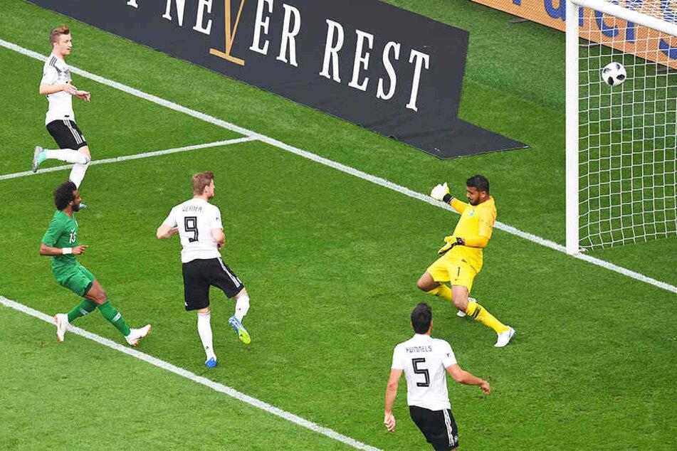 Die Führung für Deutschland: Timo Wener (Nr. 9) erzielt nach Vorlage von Marco Reus (oben links) das 1:0. Mats Hummels (Nr. 5) schaut zu.