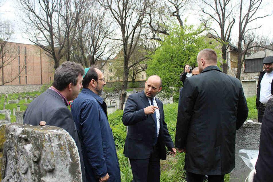 Der israelische Erziehungsminister Naftali Bennett (Mi) steht am 23.04.2017 in Krakau auf dem jüdischen Friedhof in Krakau.