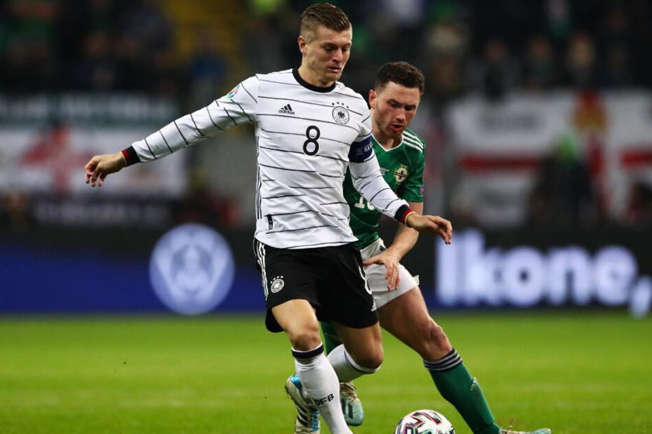 Toni Kroos (l.) schwang sich nach seinem Fehler vor dem 0:1 zum Taktgeber der deutschen Mannschaft auf und ging als Kapitän vorne weg.