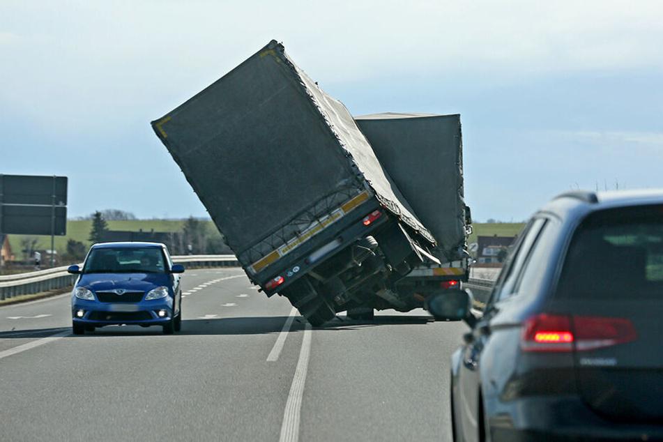 Eine Sturmböe erfasste in Zwickau einen Laster-Anhänger. Dieser drohte umzukippen.