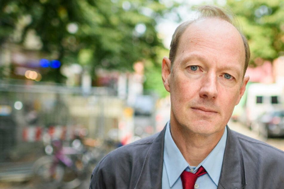 """Der Satiriker Martin Sonneborn, Mitglied des Europäischen Parlamentes und Bundesvorsitzende der Partei """"Die PARTEI"""", blickt in die Kamera."""