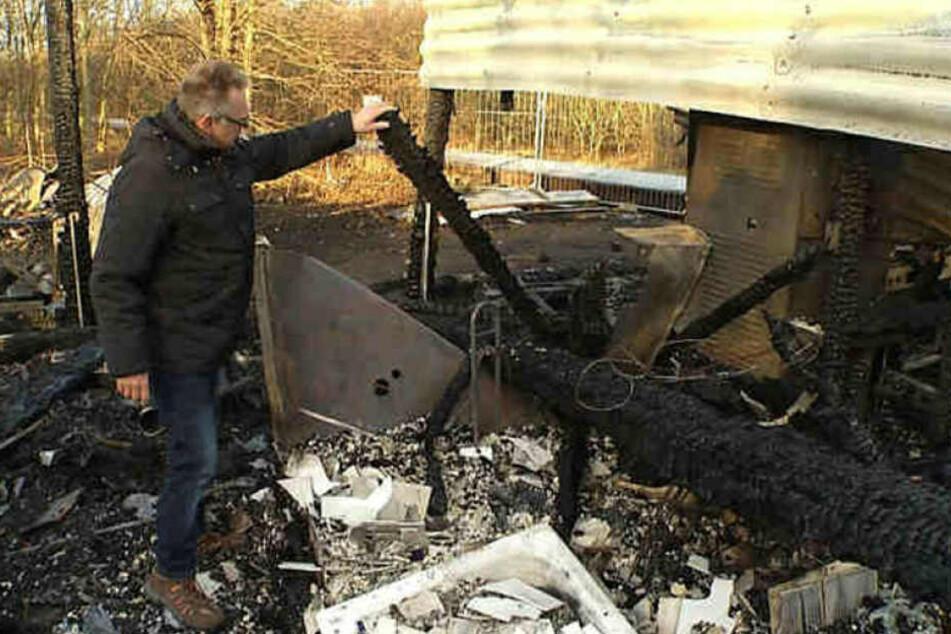 Gerd Helmchen steht wenige Tage nach dem verheerenden Brand neben den Resten seines Eiscafé Sunset. Der ehemalige Inhaber geht von Brandstiftung aus.