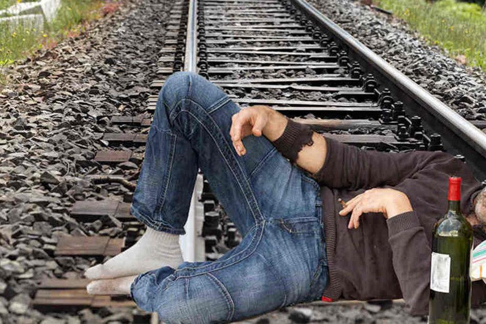 Nachdem der Zug über ihn rollte, zog sich der Betrunkene nur die Kapuze ins Gesicht. (Symbolbild)