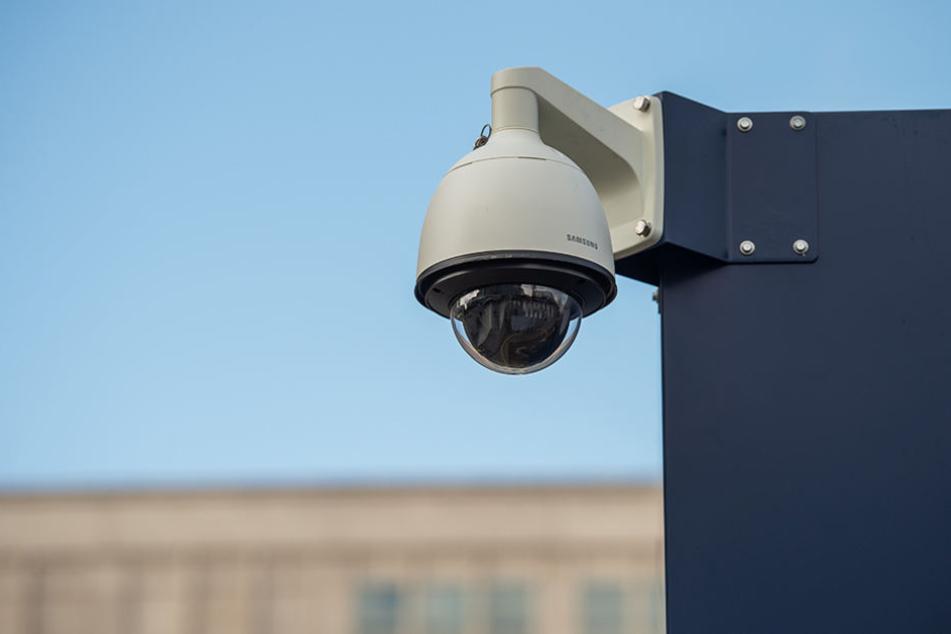 Eine Überwachungskamera an der neuen Wache der Polizei Berlin nahe der Weltzeituhr auf dem Alexanderplatz hält das Geschehen fest.