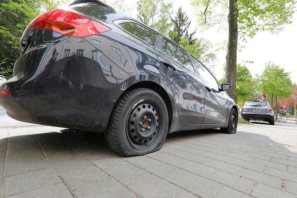Mehrere geparkte Autos in der Wartburgstraße wurden beschädigt.