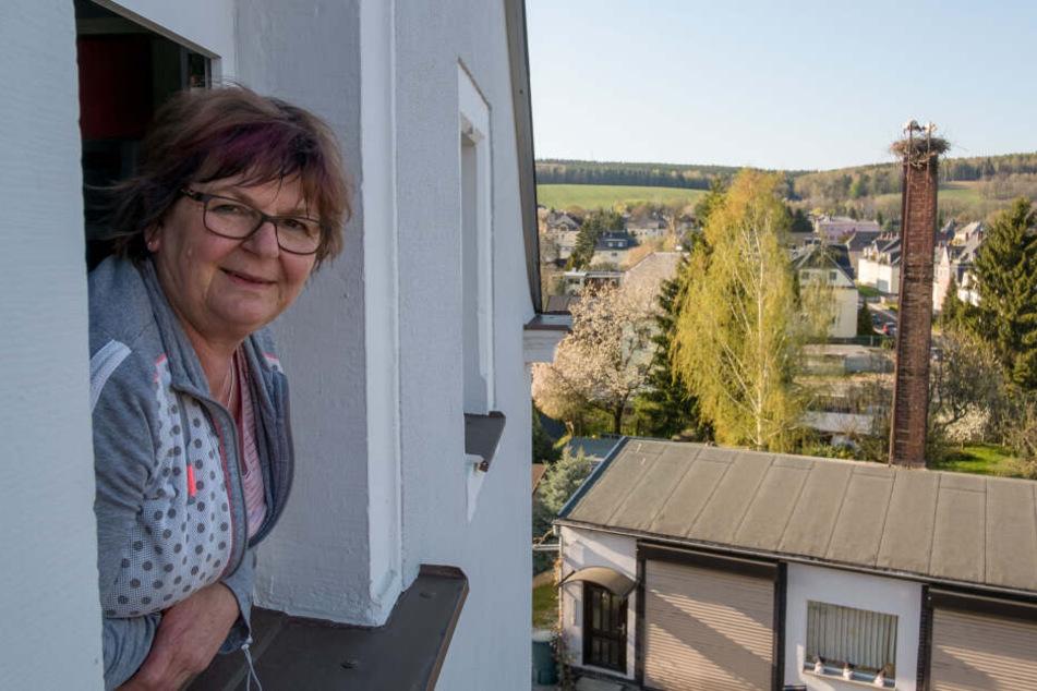 Anwohnerin Karla Rößler (51) kann ihr Frühstück jetzt mit Blick auf das Liebesnest des Storchenpaars von Grüna genießen.