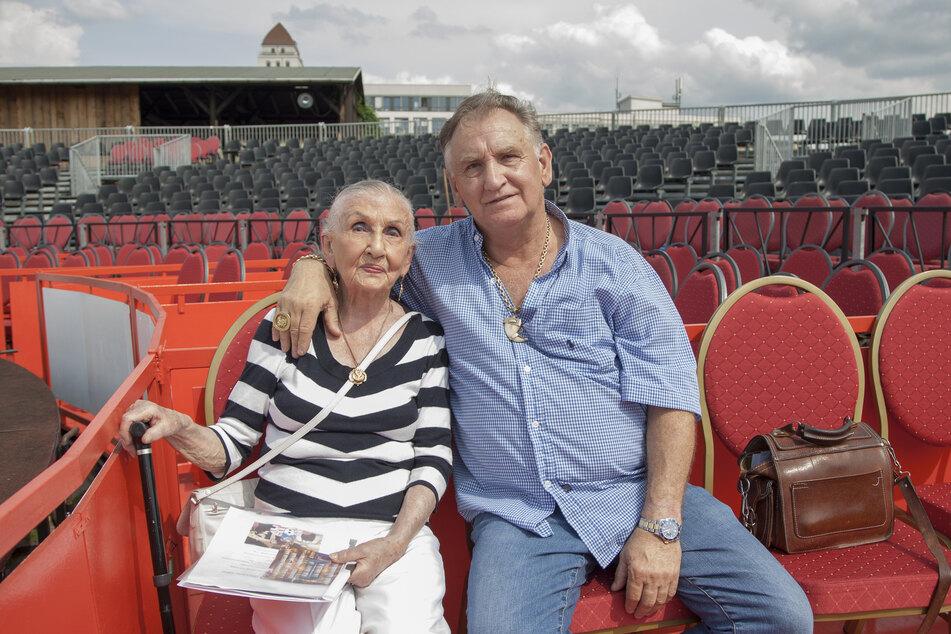 Zwei Herzen, die für einen Zirkus schlagen: Mario Müller Milano mit seiner Mutter Sonja 2017 beim Probesitzen im Gestühl des neuen Zirkuszeltes.