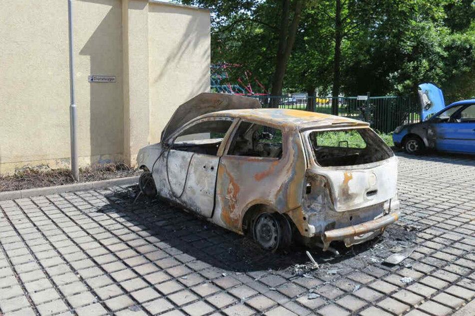 Vier Autos brannten auf dem Gelände des Rathauses in Markkleeberg. Die Polizei hat die Ermittlungen aufgenommen.