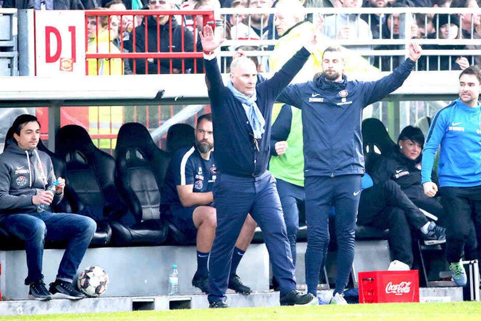Beim 2:1-Sieg auf St. Pauli jubelten FCE-Boss Helge Leonhardt (M.,l.) und Robin Lenk noch gemeinsam.