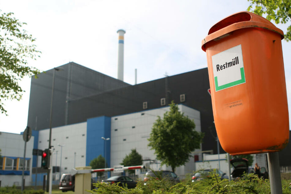 """Ein Mülleimer mit der Aufschrift """"Restmüll"""" steht vor dem AKW Brunsbüttel."""