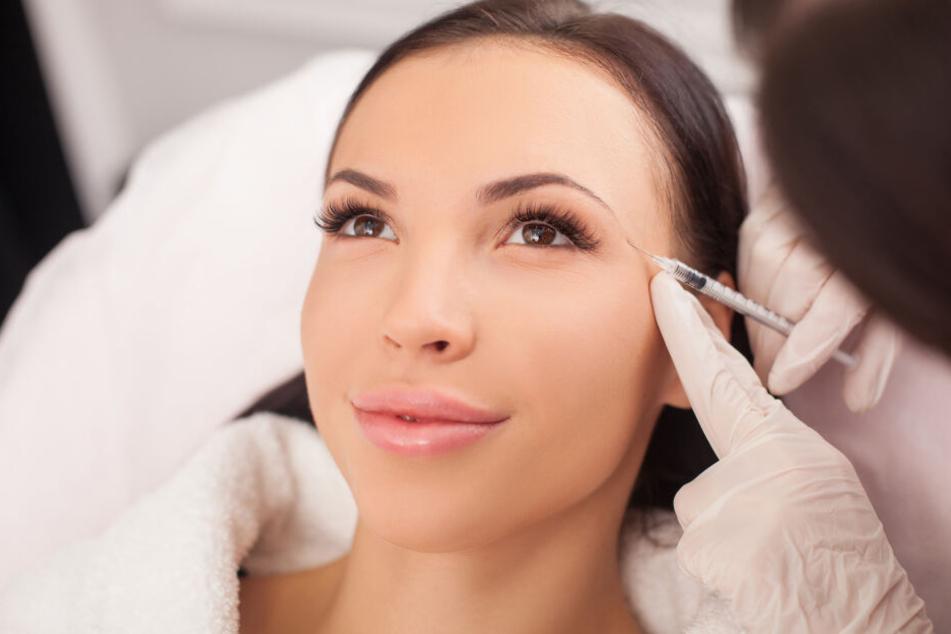 Eine Patientin lässt sich Botox spritzen. (Symbolbild)